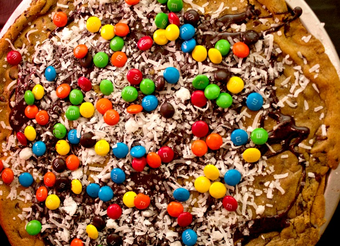 chocolate chip cookie pizza